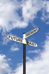 Auf einem Schild steht: Vergangenheit, Gegenwart und Zukunft